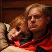 Desillusioniert und stark alkoholisiert philosophieren Hansi (Uwe Ochsenknecht) und Ute (Andrea Sawatzki) über ihr Leben.