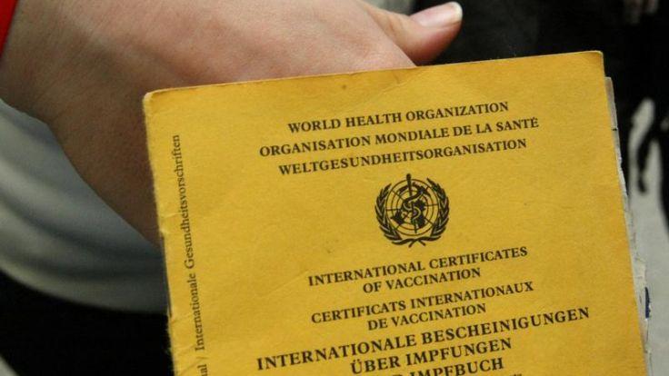 Nur der Arzt trägt in Impfpass ein (Foto)