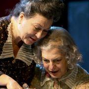 Immer wieder zieht es sie zum Theater: Eva Mattes (links) mit Angela Winkler in Arsen und Spitzenhäubchen am Hamburger St. Pauli Theater