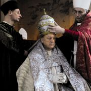 Szene aus Borgia: Kardinal Piccolomini (Predrag Bjelac, rechts) und Johann Burchard (Victor Schefé, links) setzten Rodrigo Borgia (John Doman) die Tiara auf.