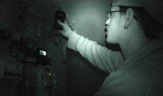 Geisterjäger Timo Herbert bei einer paranormalen Untersuchung. (Foto)