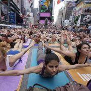 Nein, Sie müssen nicht an den Times Square in New York reisen, um die Vergesslichkeit zu verlieren. Yoga können Sie auch zu Hause ausüben, Sie brauchen nur ein wenig Platz und Ruhe. Fünfzehn Minuten Yoga trainieren nicht nur den Körper, sondern auch den G