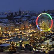 Etwa 200 Händler und Schausteller bieten auf dem Erfurter Weihnachtsmarkt ihre Waren und Attraktionen an. Allerdings verzeichnen sie nach Veranstalterangaben weniger Einnahmen als im Vorjahr. Grund seien die starken Schneefälle in den vergangenen Jahren.
