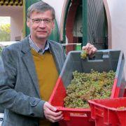 ...da kann er schon mal ein großes Weingut übernehmen. Seit Juli 2010 gehört das renommierte Gut von Othegraven in Kanzem dem Fernsehjournalisten und Weinkenner. Er übernahm es von seiner entfernten Verwandten Heidi Kegel, die es 15 Jahre geleitet und in