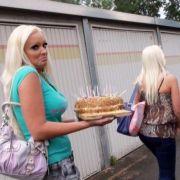 Natürlich gibt's auch wieder Streit mit dem Rest der Familie: Daniela (links) und Schwester Jenny haben einen Geburtstagstorte für die Mama gebacken. Ob das der Auslöser des Streits sein wird oder die Wiedergutmachung ist noch nicht überliefert.