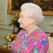 Eintönigkeit ist definitiv nichts für die Monarchin: Hier zeigt sich die Königin leger in einem buntgeblümten Oberteil.