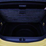 ... da Opel nur einen Konkurrenten mit drei Türen ins Rennen schicke konnte. Allerdings erfreut im Corsa ein vollwertiges zusätzliches Staufach unter dem doppelten Boden des Rüsselsheimers. Der Clou: Er lässt sich sogar vollständig entfernen und gibt dann