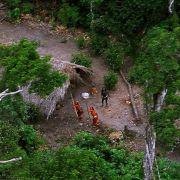 Mit dem Hubschrauber entdeckten Forscher einen isoliert lebenden Stamm im Regenwald: Das Volk reagierte erschreckt.