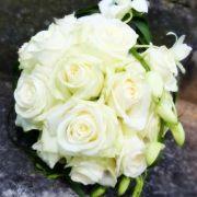 Beim Brautstraußwerfen klärt sich, bei welcher noch ledigen Dame die nächste Hochzeit ansteht.