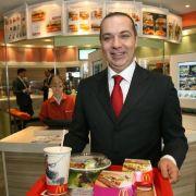 Mc Donald's hat Burger, Pommes und heißen Kaffee. Stella Liebeck heißt die US-Amerikanerin, die sich ihr koffeinhaltiges Heißgetränk 1982 während der Autofahrt zwischen die Beine verschüttete. Anschließend zog sie gegen die Fastfood-Kette vor Gericht. Be