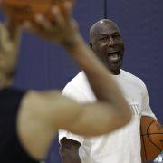 Im Jahr 2006 ging der Stella Award an Allen Ray Heckard. Der verklagte den ehemaligen Basketball-Superstar Michael Jordan und das Unternehmen Nike auf 832 Millionen Dollar für den seelischen Schaden. Den habe er erlitten, klagt Heckard, weil er dem Basket