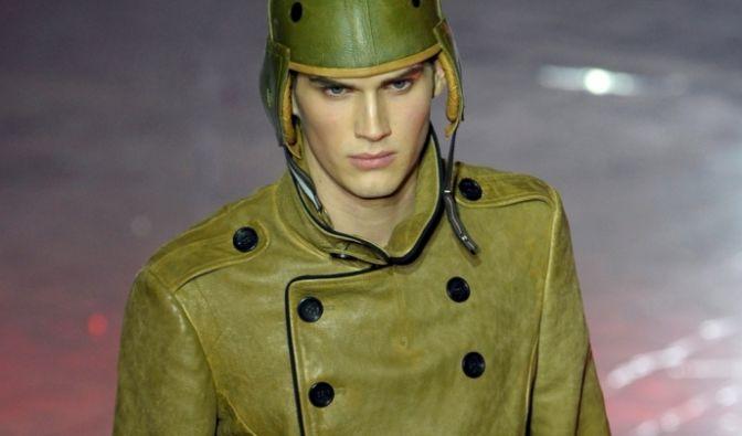 Transparente Stoffe gab es bei den männlichen Models nicht zu sehen. Die Herbst-Winter-Kollektion von John Galliano ist zugeknöpft.