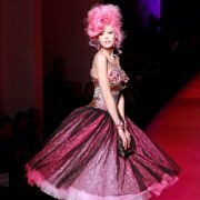 Die Models von Jean-Paul Gaultier liefen mit Amy-Winehouse-Frisuren über den Laufsteg ...