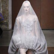 Auch der chinesisch-französische Modeschöpfer Yiqing Yin spielt mit den Elementen Transparenz und Verhüllung ...