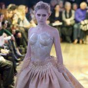 ... reicht das Kleidchen bis zum Nabel. Bauchaufwärts soll die Kleidung nicht verhüllen, sondern präsentieren.