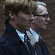 Zusammen mit dem jungen Agenten Peter Guillam (Benedict Cumberbatch) ermittelt Smiley fortan in den eigenen Reihen.