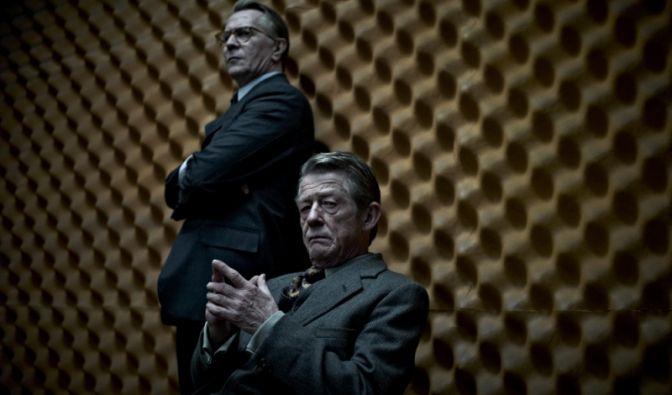 Eine missglückte Aktion des britischen Geheimdienstes in Budapest hat politische Folgen: Der langjährige MI6-Chef Control (John Hurt, vorn) und seine rechte Hand George Smiley (Gary Oldman) müssen ihren Hut nehmen.