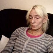 Ebenfalls 45 Jahre alt ist Petra V.. Die vierfache Mutter ist unter anderem durch eine Phase der Alkoholsucht gezeichnet.