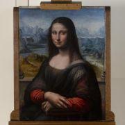 Millionen Besuchern geht es immer nur um ihr Äußeres, jeder Tag ist für sie ein einziges Fotoshooting. Das Leben der Mona Lisa ist karg und hart. Doch bald bekommt die geheimnisvollste Frau der Welt Gesellschaft: