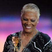 Auch eine große Lady war dabei: Soul-Sängerin Dionne Warwick bekommt Applaus und die Kamera für ihr Lebenswerk als Musikerin.