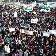 Syrer demonstrieren gegen das Blutvergießen. Doch solange sich das Volk schon den Frieden wünscht, solange bleibt er ihm verwehrt.