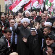 ... dutzende Demonstranten ihren Protest mit dem Leben bezahlen müssen. Assads öffentlicher Auftritt wurde von den Oppositionellen als blanker Hohn aufgefasst.
