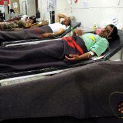 Verletzte Regimegegner werden in einer provisorischen Notaufnahme in Sanaa behandelt. Im August 2011 hat sich der Weltsicherheitsrat zu Wort gemeldet.
