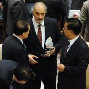 Syriens UN-Botschafter Baschar Dschaafari (Mitte) ist zu einem Dialog mit Chinas Vertreter im UN-Sicherheitsrat, Li Baodong (links), bemüht.