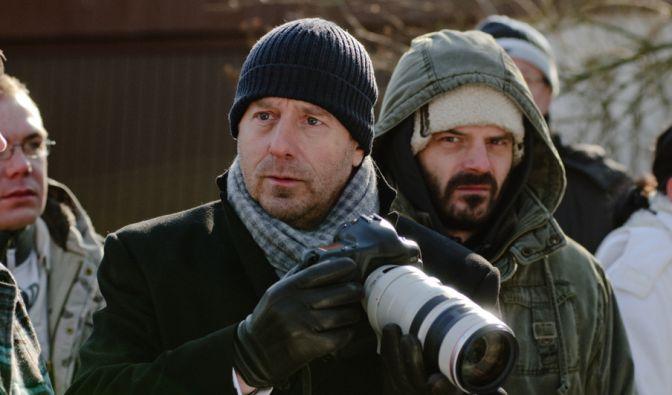 Tom Wesnik (Heino Ferch, m.) ist noch ahnungslos... Der Fotojournalist ist mit seiner Kamera am Tatort.