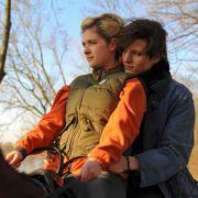 Nichts deutete auf die schrecklichen Ereignisse hin: Lukas (Merlin Rose) ist frisch verliebt. Er lässt Freundin Katja (Liv Lisa Fries) auf seinem Pferd reiten.