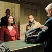 Nur ungern besucht Tom Wesnik seinen Sohn im Gefängnis. Anwältin Calotti versucht jedoch, zwischen beiden zu vermitteln.
