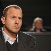 Tom Wesnik (Heino Ferch) verfolgt im Sitzungssaal des Gerichts den Prozess gegen den eigenen Sohn.
