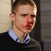 Lukas soll nicht nur die Eltern seiner Freundin umgebracht haben, sondern auch einen Freund. Der Vater des getöteten Jugendlichen greift Lukas im Gerichtssaal an.