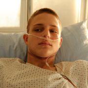 Lukas Wesnik (Merlin Rose ) hat versucht, sich umzubringen.