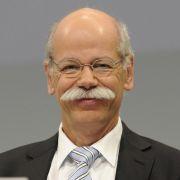 Daimler-Chef Dieter Zetsche hat gut lachen - genau wie seine Angestellten: Weil das Unternehmen 2011 gleich mehrere Rekorde eingefahren hat, bekommen auch die Mitarbeiter im April 4100 Euro extra aufs Konto. Wenn das mal keine Arbeitsmotivation ist.