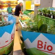 Alle wollen Bio, das geht aus einer Erhebung des Konsumforschungsunternehmens Nielsen hervor. Nach einer Delle im Jahr 2010 kletterte der Umsatz in Lebensmittelhandel und Drogeriemärkten 2011 um 9,9 Prozent auf rund 2,5 Milliarden Euro.