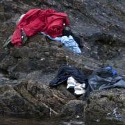 Kleidungsstücke auf einem Fels hat der Schwede Niclas Hammerstrom fotografiert und dafür von der Jury nun den zweiten Preis in der Rubrik Nachrichtenstory bekommen.