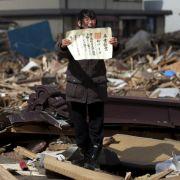 Chieko Matsukawa zeigt das Abschlusszeugnis ihrer Tocher. Sie hat es in den Trümmern gefunden, die der Tsunami in Japan zurückgelassen hat. Yasuyoshi Chiba fotografierte diese Szene und bekam den ersten Preis in der Kategorie «People».