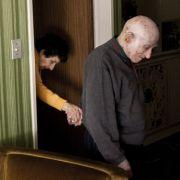 Eine Geschichte des Alltags zeigt Alejandro Kirchuk aus Argentinien. Zu sehen ist Marcos, der Monica ins Wohnzimmer führt. Bei ihr wurde Alzheimer diagnostiziert.