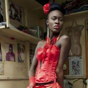 Kunst und Entertainment: Fotograf Vincent Boisot aus Frankreich zeigt dieses Model, dass während der Dakar Fashion Week im Senegal vor einem Schneider posiert. Dafür bekam Boisot den zweiten Preis.