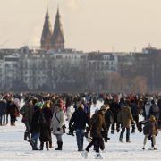 Männer in Anzügen, Frauen auf Highheels und Kinder mit Schlittschuhen wagen sich aufs Eis. Seit 15 Jahren gab es das Alstereisvergnügen in Hamburg nicht mehr.