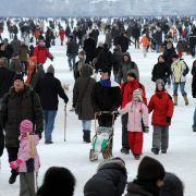 Tausende amüsierten sich auf der zugefrorenen Außenalster bei strahlendem Sonnenschein auf Deutschlands größter Winterparty auf dem Eis. An Glühwein- und Wurstbuden am Ufer schunkelten sich die Menschen in der Kälte warm.