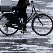 Schon am Mittwoch schob diese Radfahrerin mit Schlittschuhen ihr Fahrrad über die Außenalster.