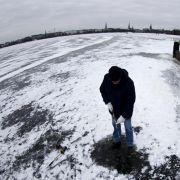 Wilhelm Maehl, Abteilungsleiter der Behörde für Stadtentwicklung und Umwelt, maß am Mittwoch noch mal die Dicke des Eises und gab dann die Fläche fürs Vergnügen frei.