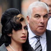 Mitch Winehouse, Vater der 2011 verstorbenen Sängerin Amy Winehouse, sieht seine Tochter zusammen mit Whitney Houston im Himmel.