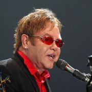 Elton John widmete Whitney Houston bei einer Show in Las Vegas den Song Don't Let the Sun Go Down on Me.