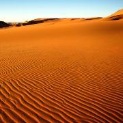 Seit den 1970er Jahren beschäftigt sich der Chemiker Peter Plichta bereits damit, Benzin aus Sand herzustellen. Seine Idee: Silizium, aus dem der größte Teil der Erdoberfläche besteht, ließe sich zur synthetischen Treibstoffgewinnung einsetzen.