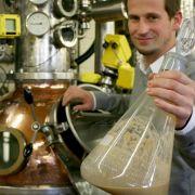 Benzin aus alten Brötchen - ebenfalls eine Alternative. «In Deutschland wird jährlich ein Überschuss von 600.000 Tonnen Brot produziert», sagt Timo Broeker vom Institut für Lebensmitteltechnologie der Hochschule Ostwestfalen-Lippe.