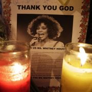 Kerzen und geschriebene Trauerbekundungen wurden an der New Hope Baptist Church in Newark aufgestellt, wo die Trauerfeier für Whitney Houston im engeren Familienkreis stattfindet.