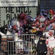 Massen von Fans bezeugen ihr Mitgefühl. Die elektronische Tafel der Kirche verkündet, was viele Fans denken: «We Will Always Love You».